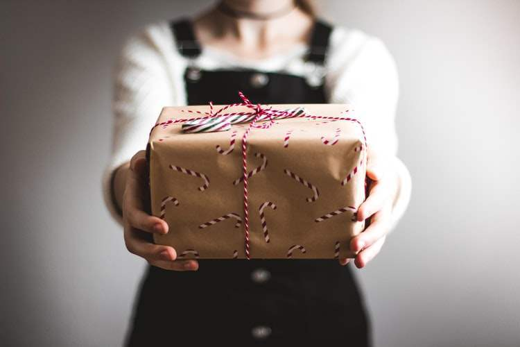 Giving-a-gift-holiday-remote-workers